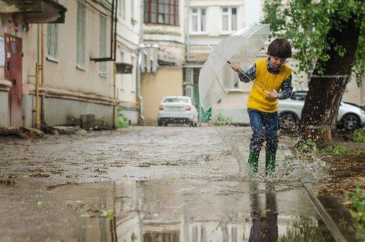 傘, 水たまり, 子供, 赤ちゃん, 少年, マキシム, 雨, 散歩, 子供の頃