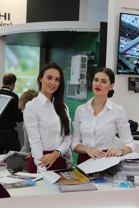 девушки работа на выставках