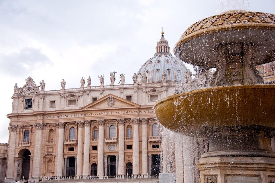 サン・ピエトロ大聖堂と噴水の1枚です。