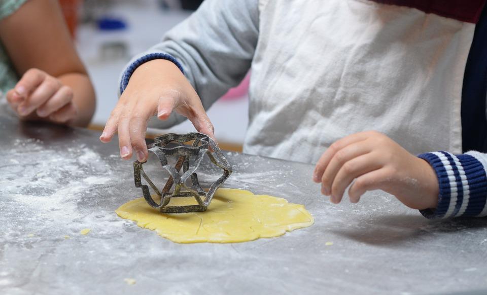 年代別ゴールデンウィークに子供と家で楽しく過ごすアイデア 一緒に料理:2歳~