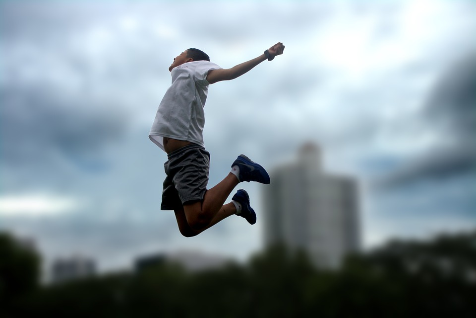 Картинка прыжок парня