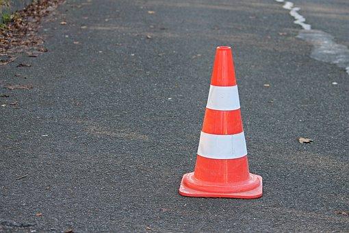 cônes de signalisation à 750 mm posé sur une route