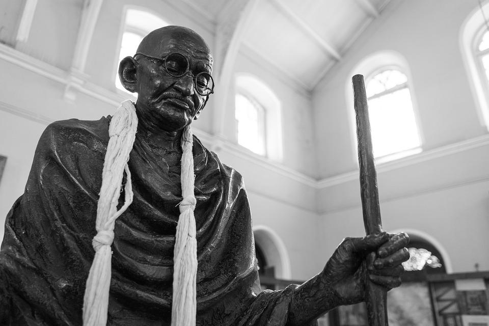 Mahatma Gandhi egyik jellegzetes szemüvegét árverezik el