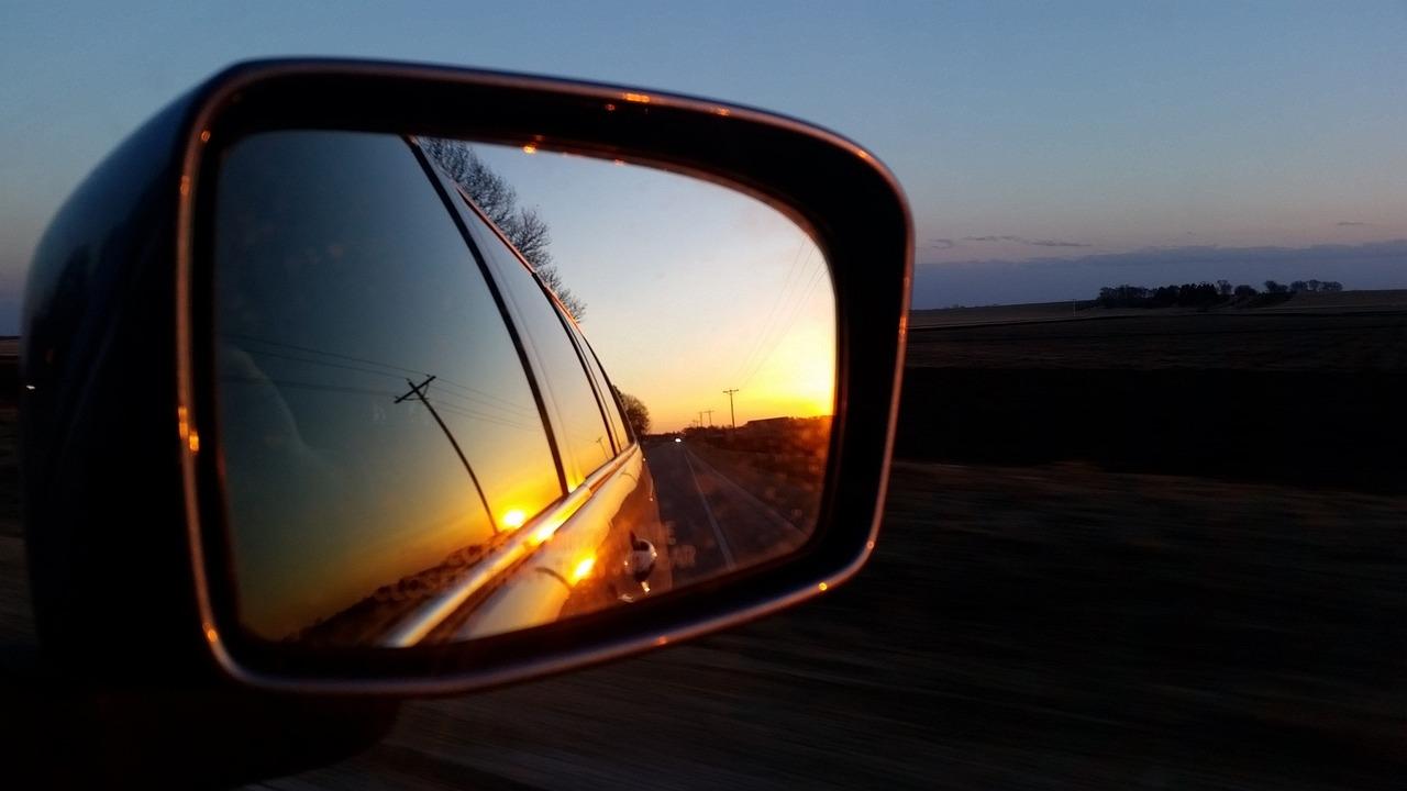 Фото человека в зеркале машины