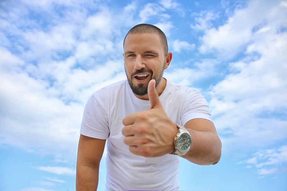 若い男, 青い空, 親指, 高級腕時計, 成功, ワイシャツ, 髭
