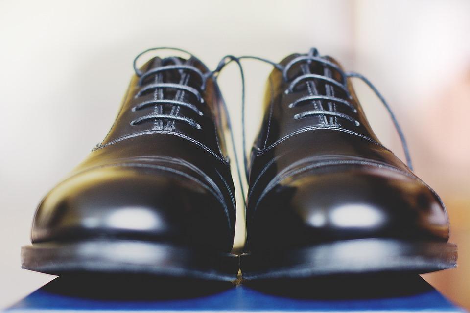葬式での靴のマナーと注意点|男性/女性・靴下・金具/エナメル