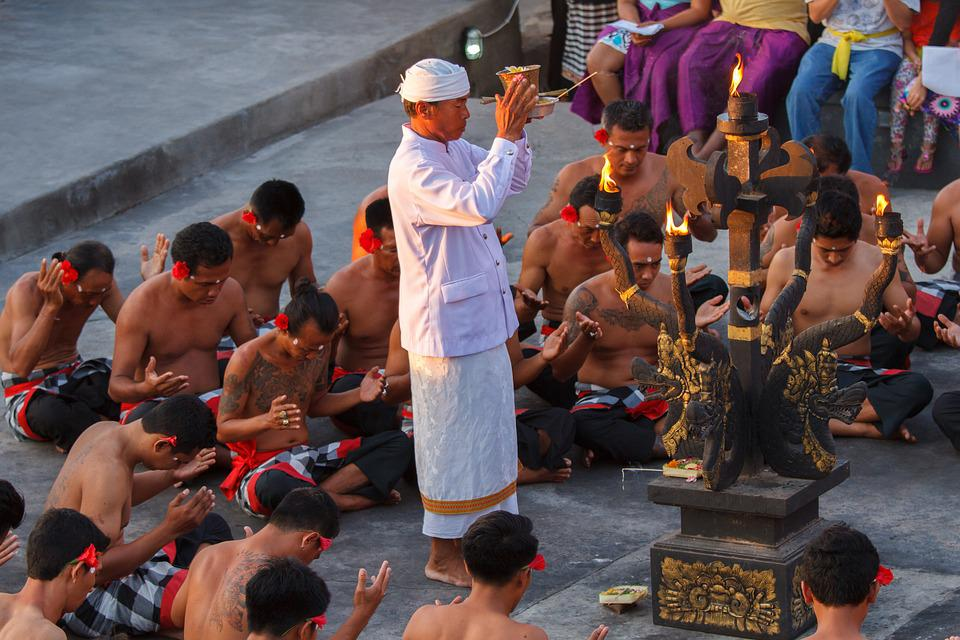 Uluwatu, Budaya, Bali, Tari Monyet, Hari Libur, Tradisi