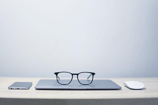 Очки, Ноутбук, Телефон, Мышь, Стол