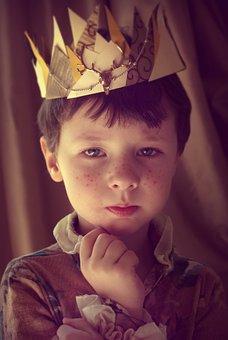 Bambino con una corona in testa