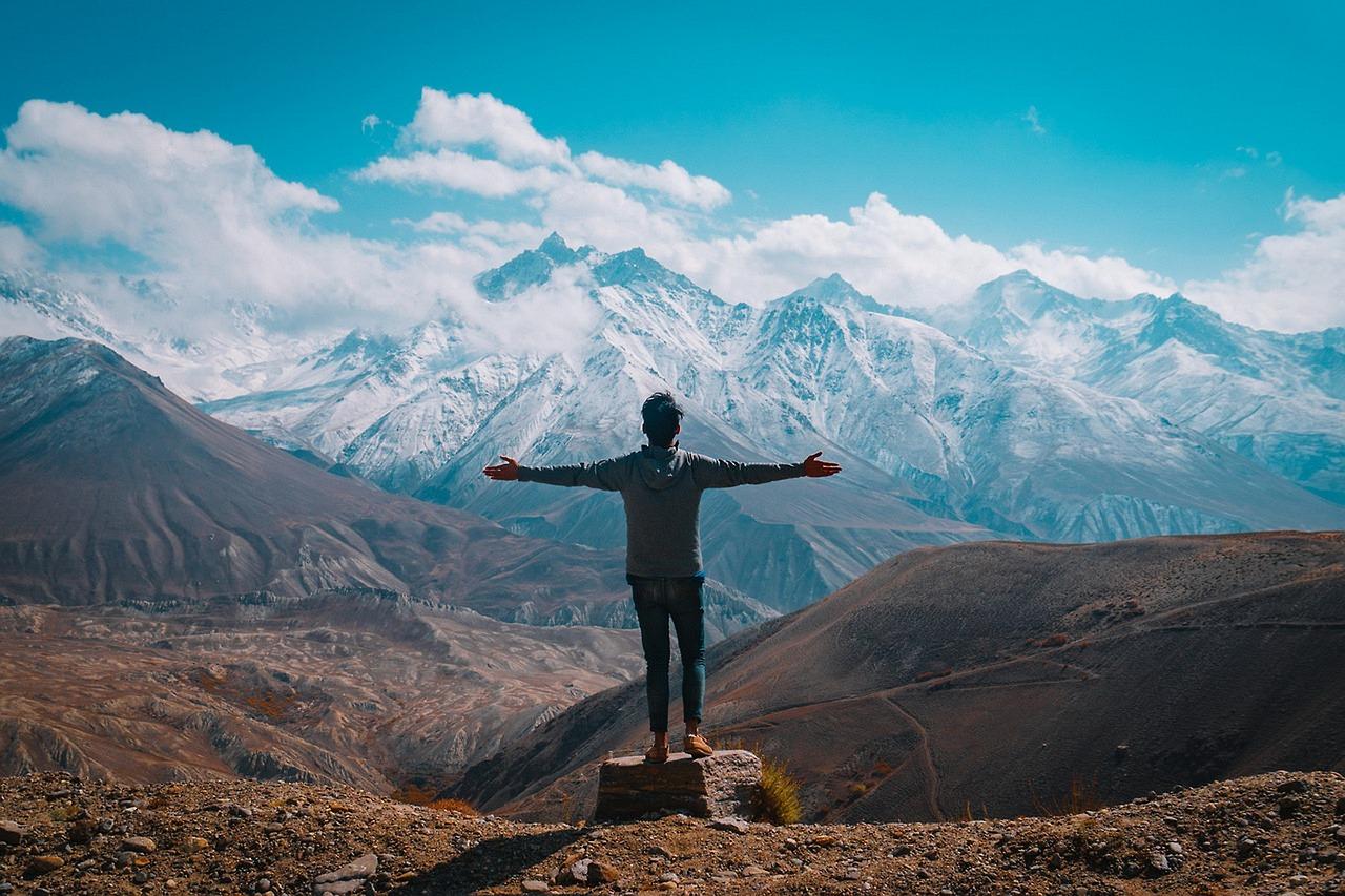 Человек в горах фото