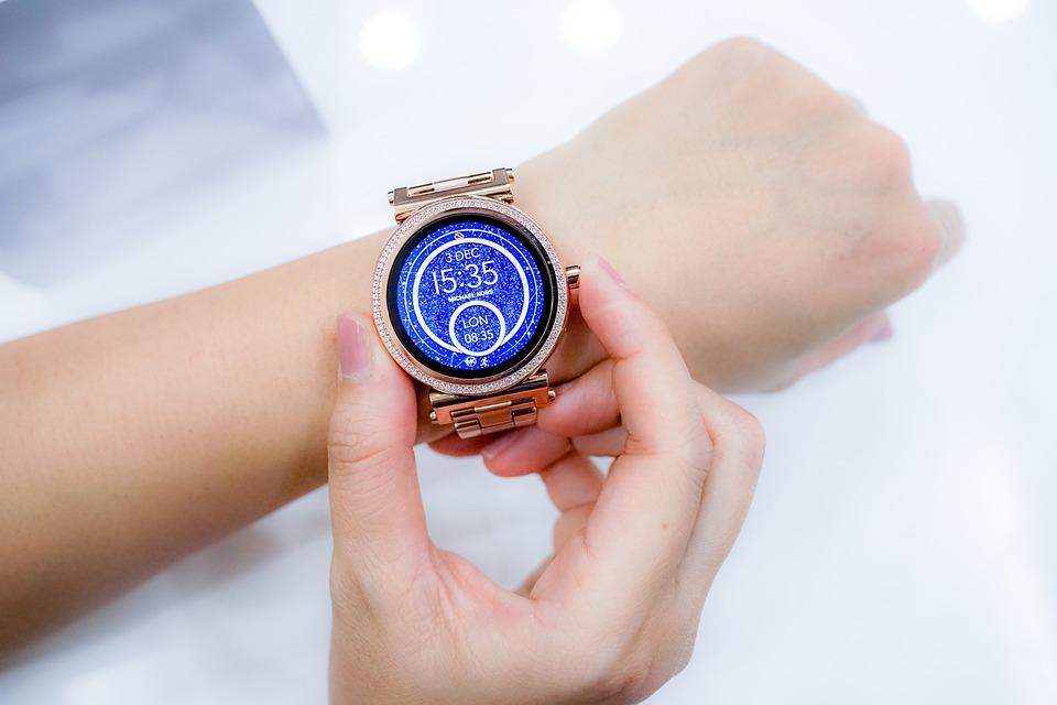 Facebook prepara un reloj inteligente con 2 cámaras y pantalla desmontables