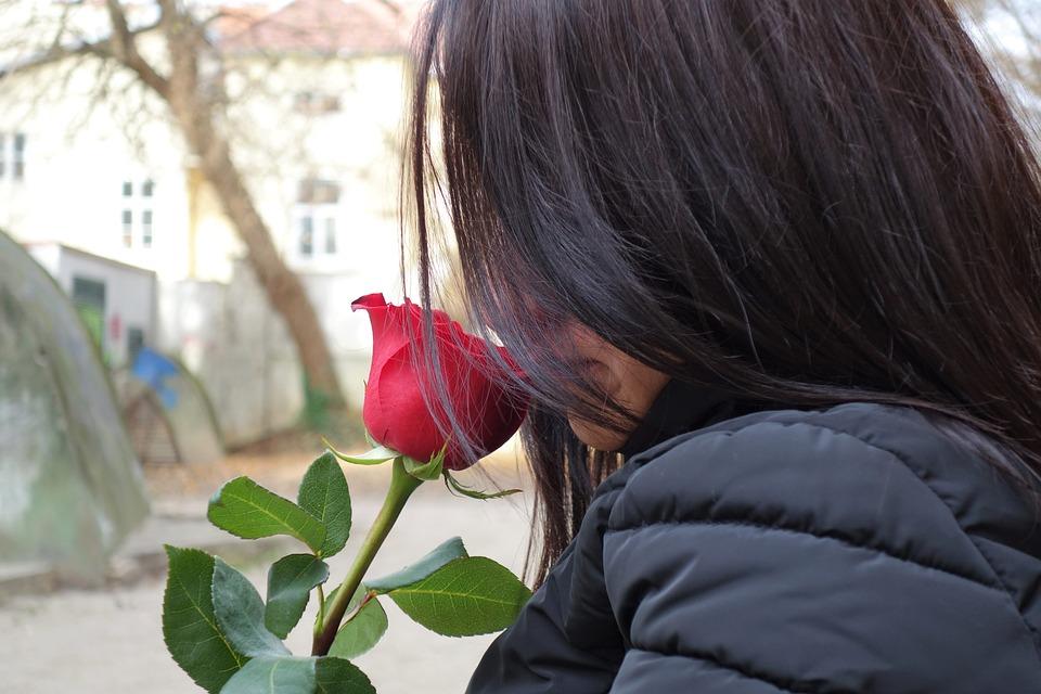 Картинки девушек с цветами без лица на аву