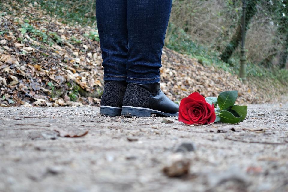 Червена Роза На Пода, Тъжно Момиче, Загубена Любов