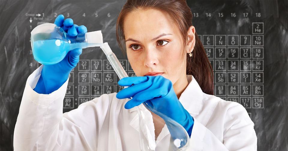 ブルー・グリーンパラダイム実験から学ぶこと|女性が実験している写真|社内で意見が合わない時の対処法