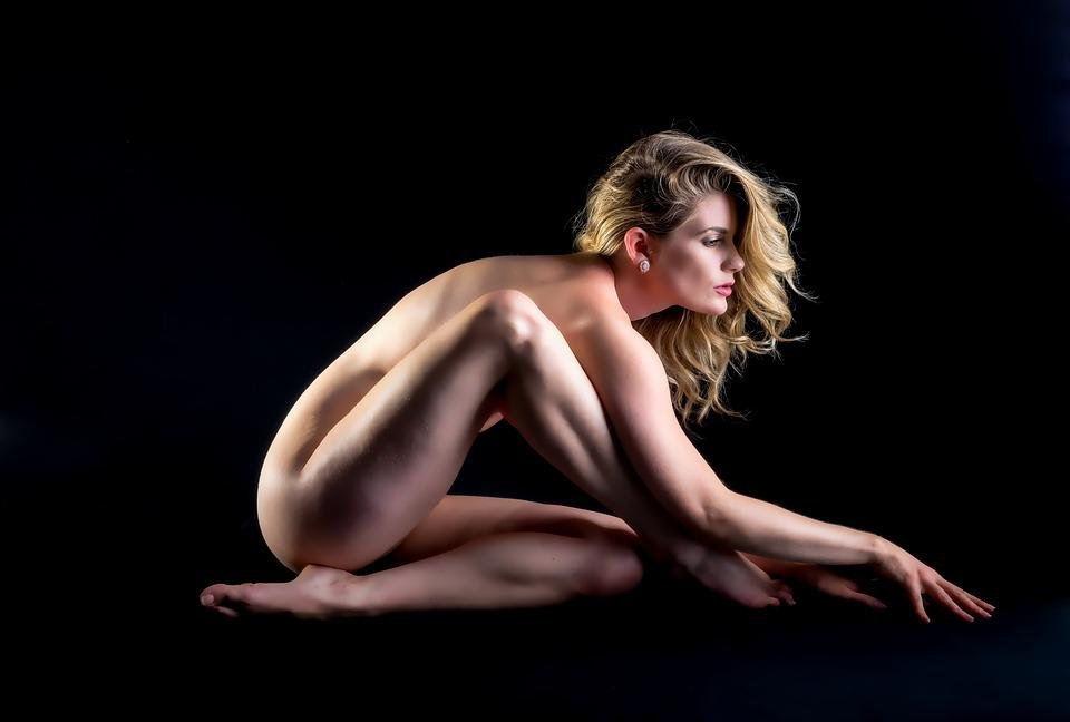 naked-women-modeling-for-cars