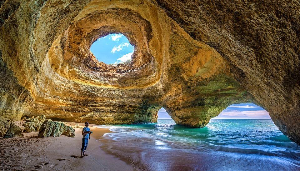 Billige sydenreiser til Algarve har blitt populært. Her fra en grotte i den portugisiske byen.