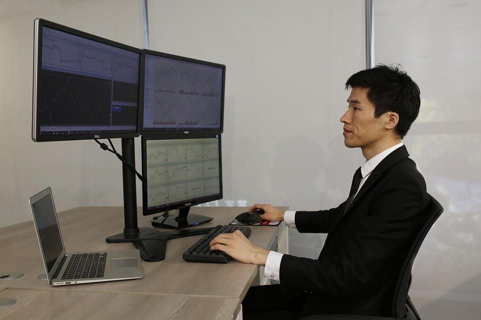 コンピューター, オフィス, 仕事, ノート パソコン, デスクトレーダーの金融マルチ画面
