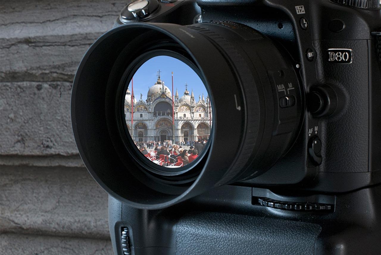 нескольких минут фотоаппарат не фокусируется во тьме исторических построек расположены