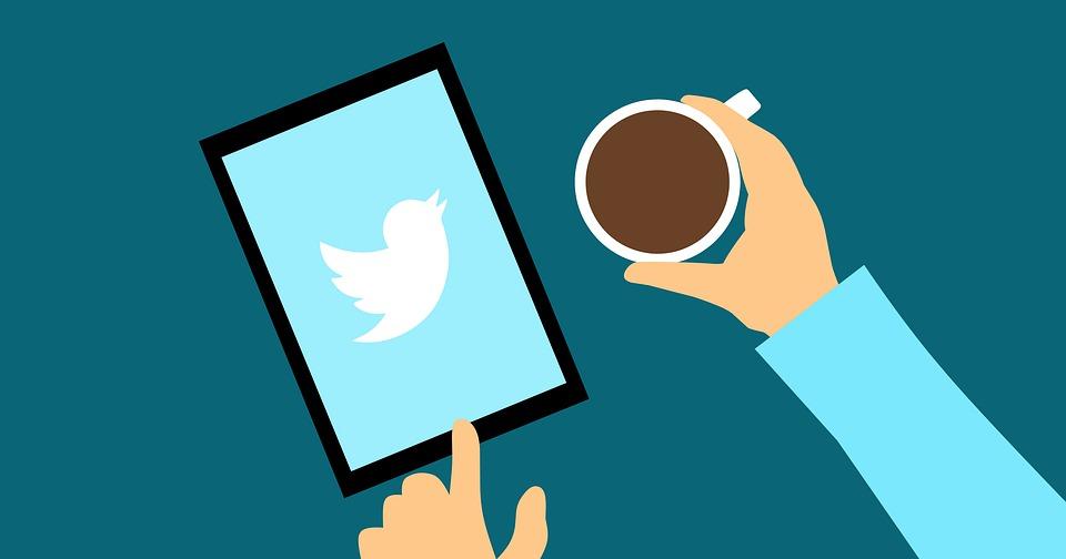 ステップ3.Twitter広告グループの作成|ツイッターをコーヒー飲みながらやっている画像|【効果絶大】Twitter広告の始め方を解説|アインの集客マーケティングブログ