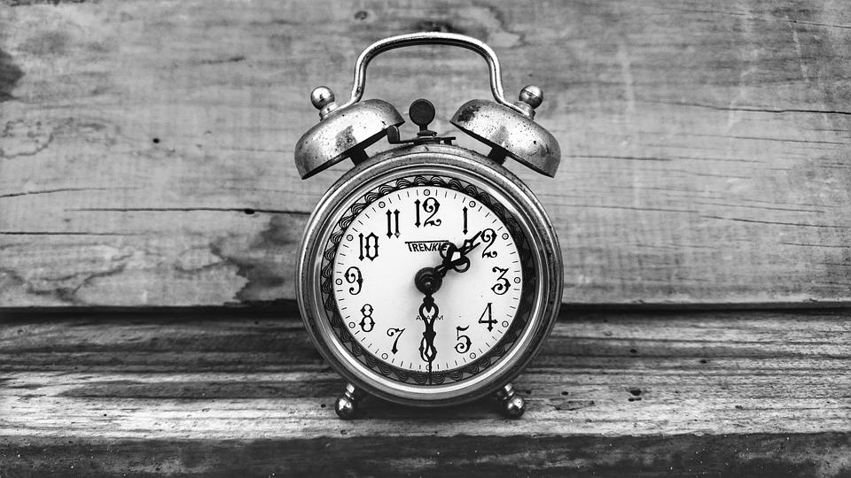Clock pada usia vintage antik putih hitam alarm