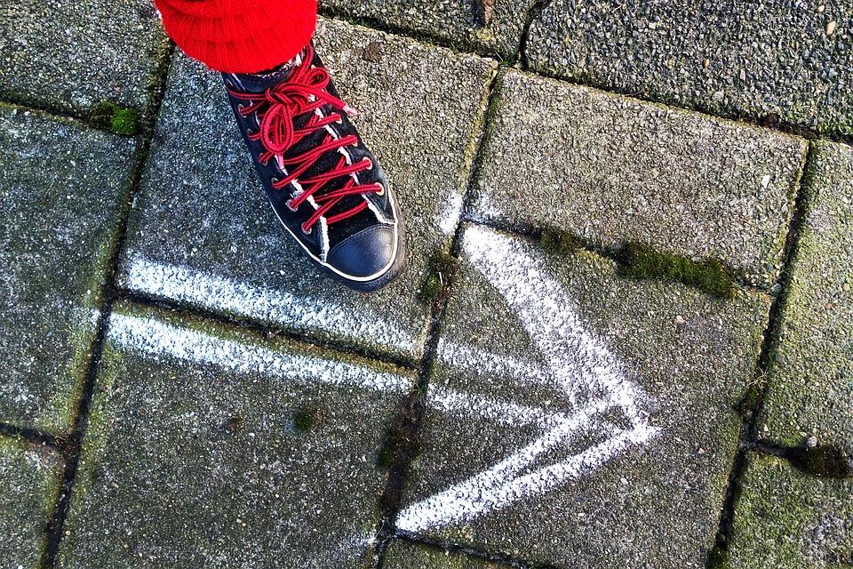 足, 靴, スニーカー, 女性の靴, ステップ, 徒歩, 一歩, 舗装, 歩道, 矢印, 白矢印