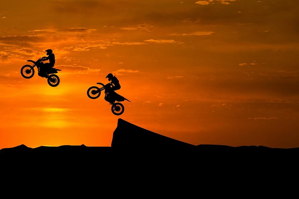 日没,の空へ自転車で飛び出すシルエット,