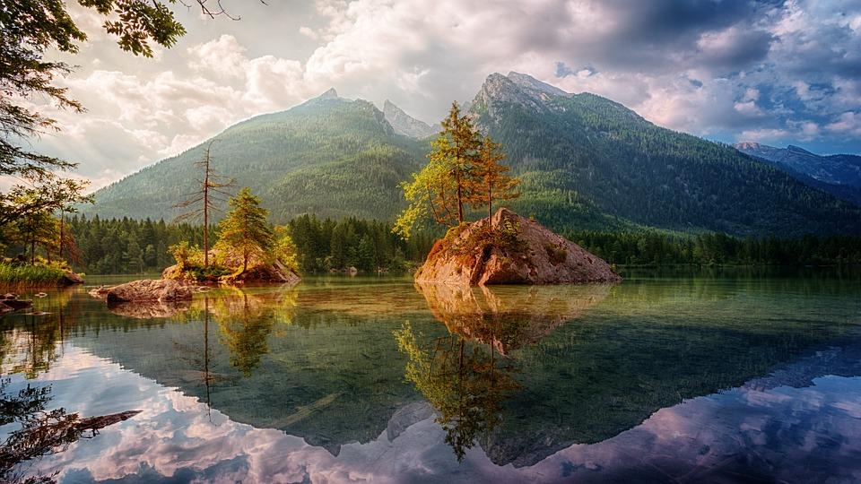 Lac de montagne et forêt