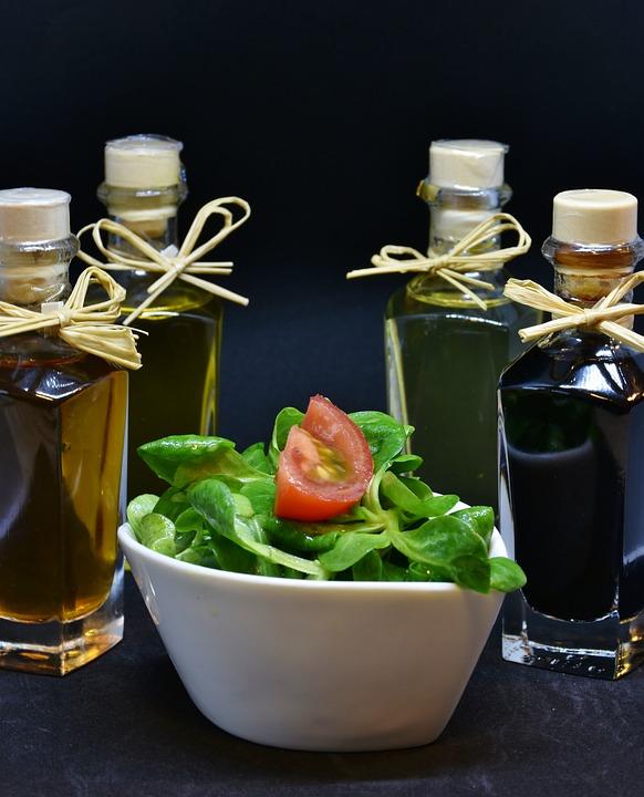 Öl, Olivenöl, Walnussöl, Essig, Gewürze, Feldsalat