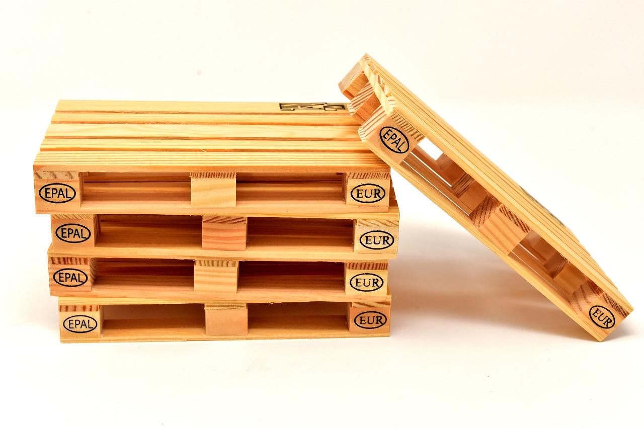 Mehrere Europaletten aufgestapelt aus Holz