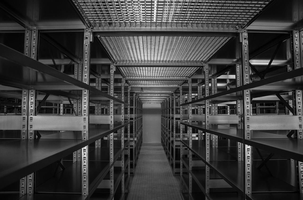 Regalreihen in einem Lager in schwarz weiß