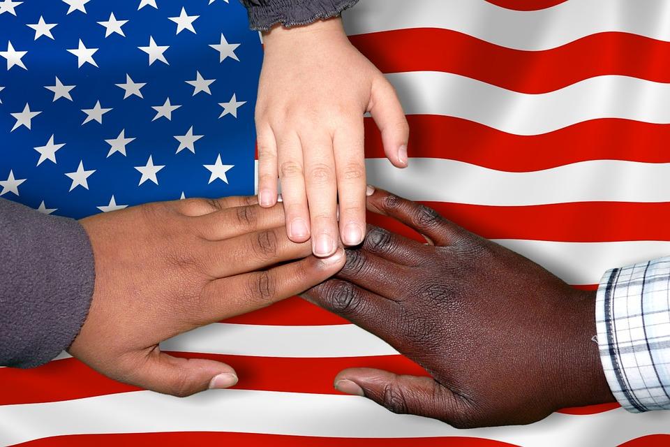 他民族が手を取り合う