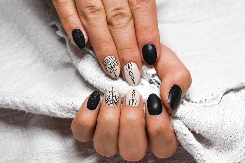 paznokcie pomalowane we wzorki