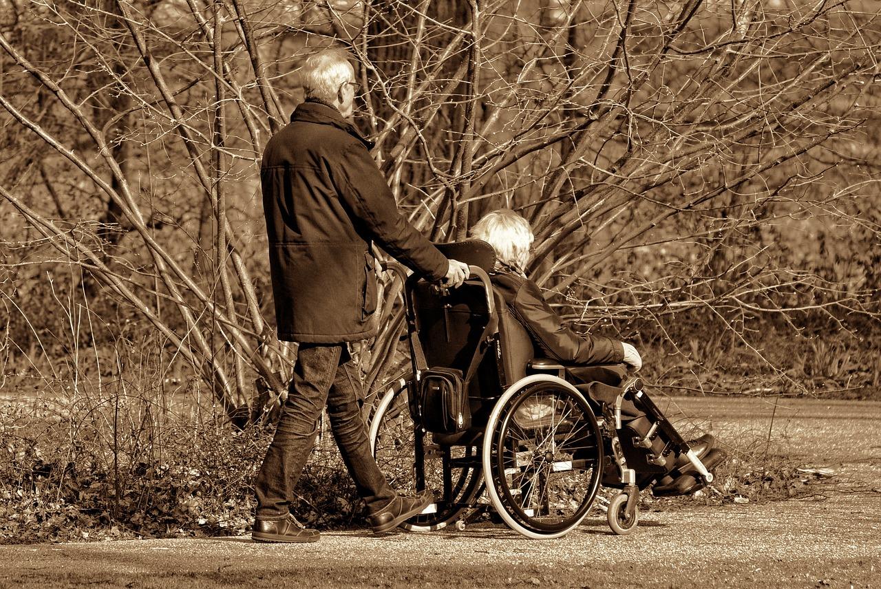 Altes Ehepaar mit Rollstuhl | Quelle: Pixabay