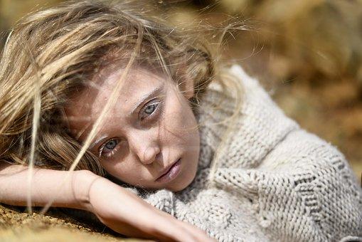 Datovania dievča s prírodnými vlasmi