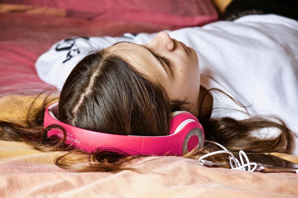 女の子, リラクゼーション, 聞く, 音楽, ヘッドフォン, 昼寝, 青年期, 若い, 眠れる森の美女, 感情