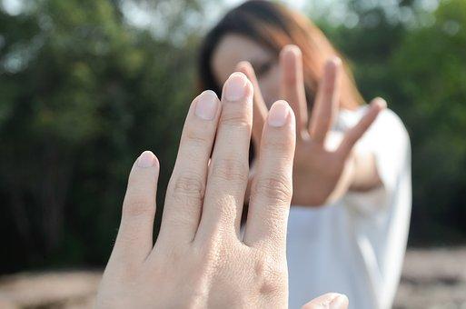 piros foltok a kezek fényképen