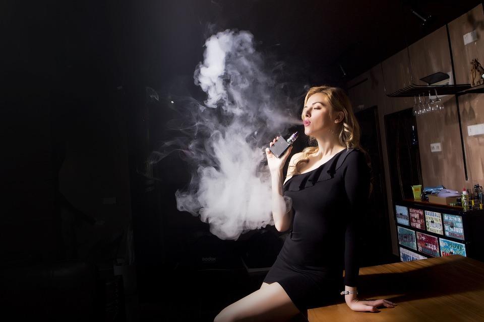Gente, Adulto, Mujer, Humo, Un, Cigarrillo Electrónico