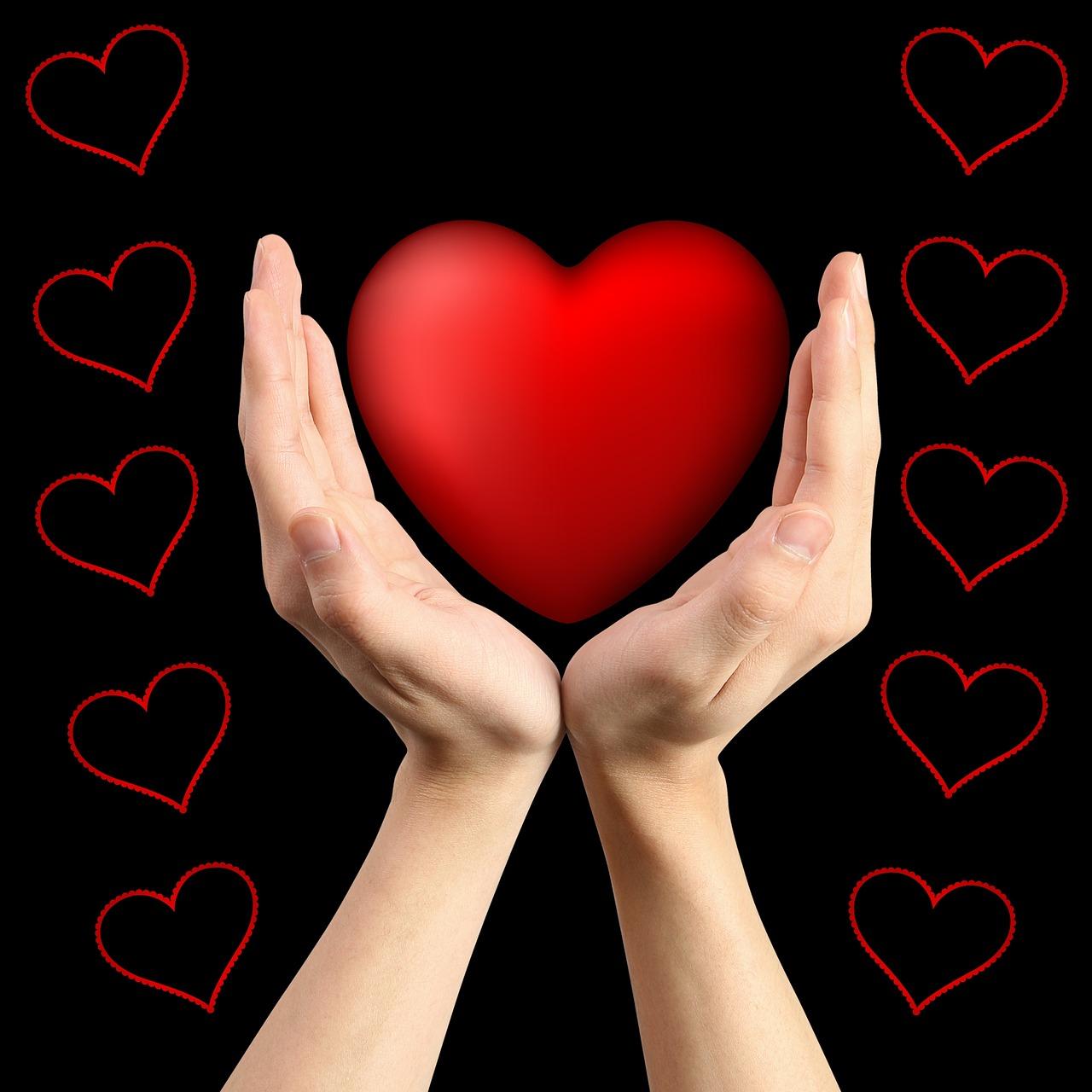 Открытка девушки с сердцем в руке, днем рождения прикольные