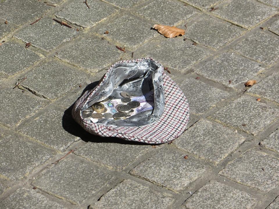 фото шляпы просящего милостыню они