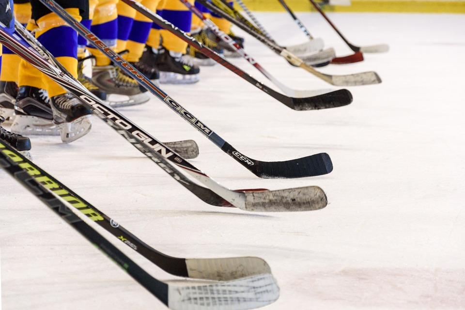 Das Hockey-Team, Eishockey-Spiel, Eisbahn, Sticks