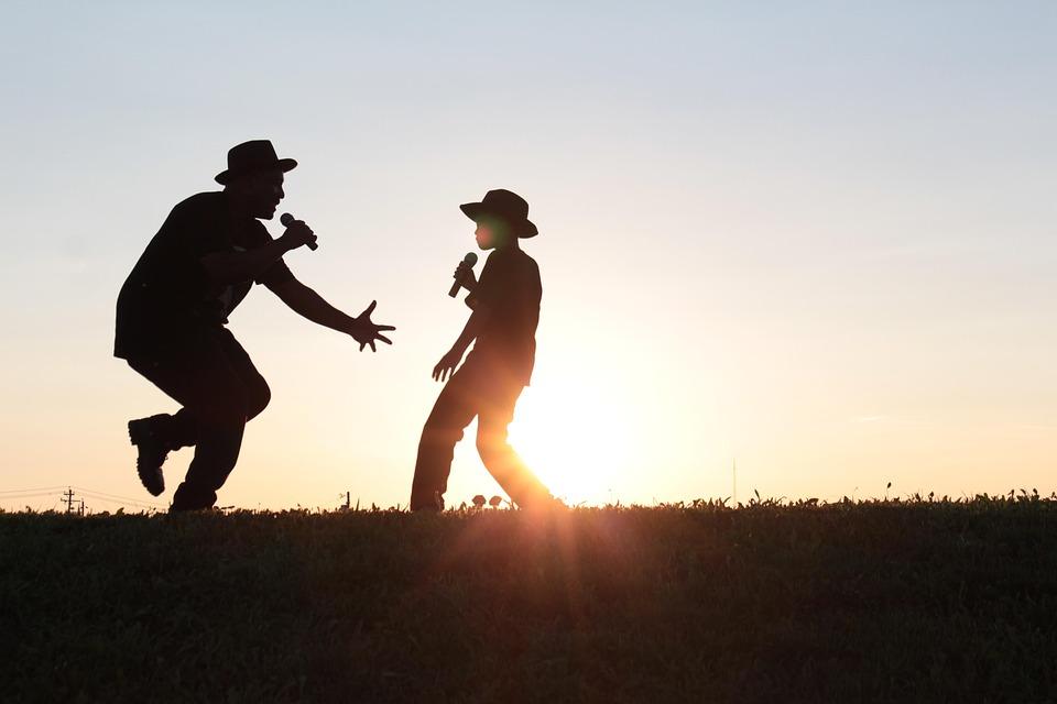 اللعب ، والتحدث ، والغناء ، معا في كثير من الأحيان على مدار اليوم.