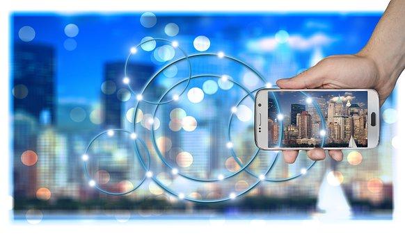image bleue montrant un smartphone tenu dans les mains d'une personne
