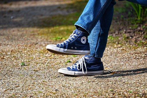脚, 足, 靴, スニーカー, 男, 男性の靴, ジーンズ, 座っている