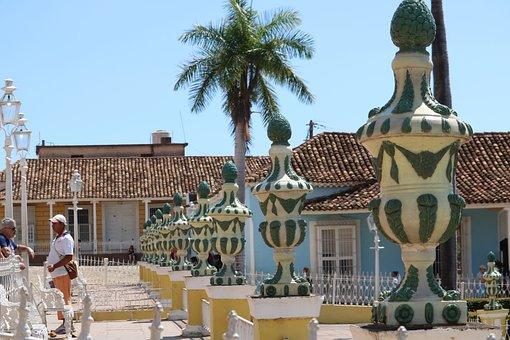 Unsere Kuba-Rundreise: Trinidad - Plaza Mayor mit Vasen