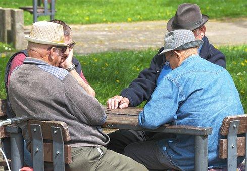 年金受給者, 男性, ドミノゲーム, 座って, 帽子, 保護されています, 娯楽
