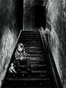 映像操作, 女の子, 人形, 階段, 徐々に, 汚い, 汚れた, 暗い