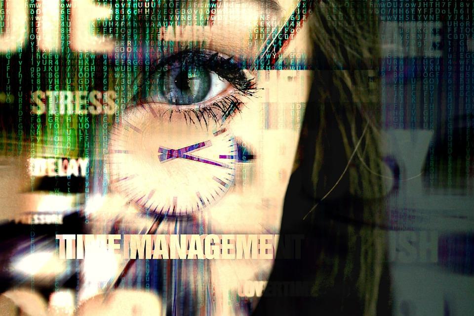 率先したノー残業|ストレスを受けている女性の画像|部下のウェルビーイングは上司のあなたが左右する