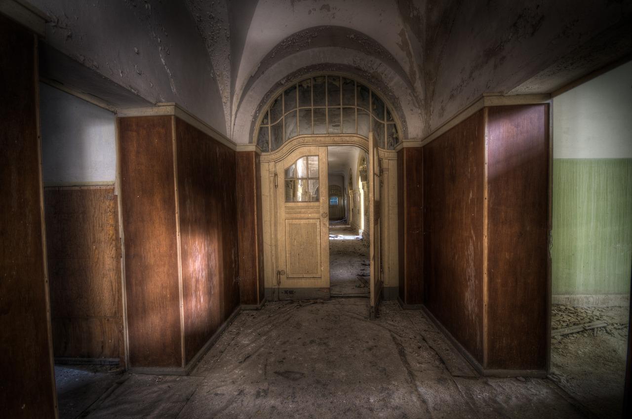 сделан комната с дверями на картинке приятный
