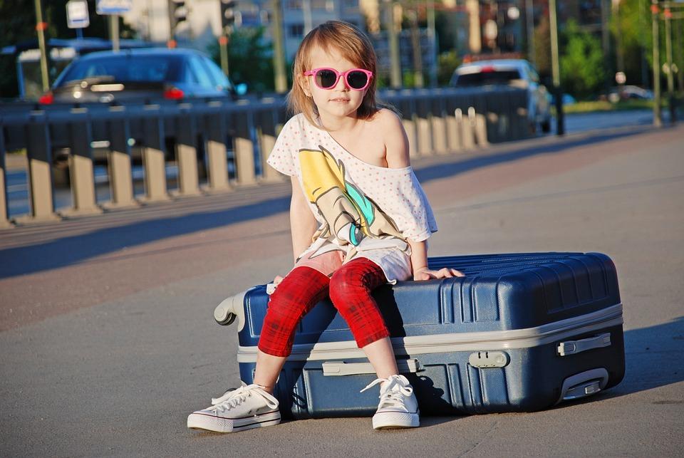 ストリート, 市, スーツケース, 子供, 休暇, 駅, 子どもたちを撮影, 小さな女の子, 夏, 写真