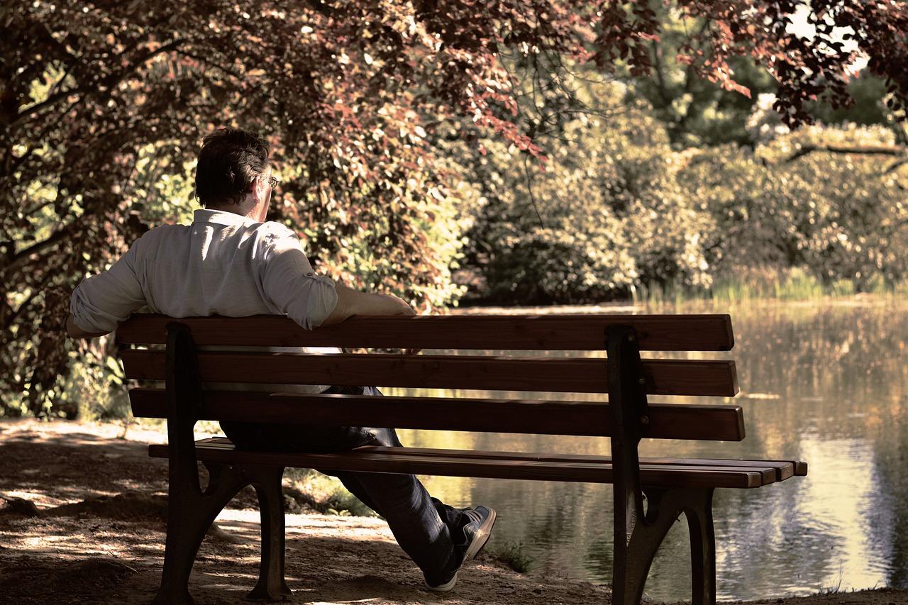 каждый люди сидят на скамейке картинки считается